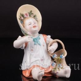 Фарфоровая статуэтка Сидящая девочка с цветами, Германия,, 19 в.