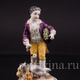 Фарфоровая статуэтка Юноша, кормящий гусей, Volkstedt, Германия, до 1935 г.